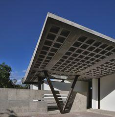 Construído pelo odD+ na Quito, Ecuador com superfície 413.0. Imagens do Jose Ignacio Correa & Jean-Claude Constant L. A Casa OdD 1.0 localizada no setor de Tumbaco em Quito, Equador, foi concebida como um experimento terapêuticoe de m...