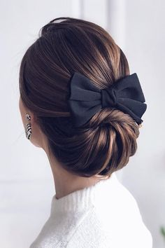 What about timeless wedding hairstyles? Have a peek of vintage wedding hairstyles from Gatsby-inspired looks to Old Hollywood glamour. Up Hairstyles, Pretty Hairstyles, Hairstyle With Bow, Peinado Updo, Hair Dos, Bridal Hair, Hair Inspiration, Curly Hair Styles, Beauty Hacks