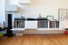 You might take Felix Petersen for a humanities grad student, a graphic designer, or a musician – on first glance not many would pick up on the geek … Record Shelf, Vinyl Record Storage, Leeds Apartment, Hifi Regal, Dj Table, Stereo Cabinet, Vinyl Style, Cd Storage, Dj Booth