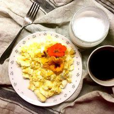 """Jedna ze snídaní během výzvy 21 dní bez cukru - míchaná vajíčka na másle, lichořeřišnice, jogurto-kefírové kokosové """"mléko"""" (podle mého receptu na kokosový jogurt, ale zkusila jsem jiná probiotika a vynechala želatinu) a černá káva / Scrambled eggs with butter, nasturtium, coconut milk yogurt/kefir (just trying another probiotic capsules) and black coffee"""