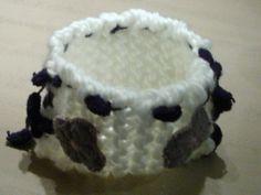 Corbeille tricotée à la main, brodée fleurs en feutrine : Accessoires de maison par alicia34