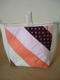 Organizador de bolsa grande com várias divisões internas, feito com tecido 100% algodão, medindo, 40x20cm, ideal para ser usado em bolsas grandes. R$ 45,00