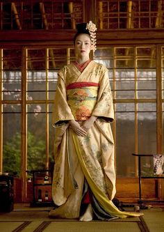 I love kimonos... they are so beautiful but some can take up to an hour and a half to put on.