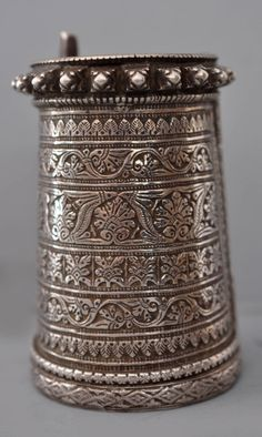 South India | Engraved cuff with detailed foliage work in fine silver  | Late 18th / early 19th century | Private collection Linda Pastorino