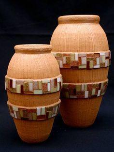 Par de vasos de cerâmica texturizados, com duas faixas em mosaico de pastilhas…
