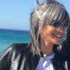 perché stiamo invecchiando non vuol dire che dobbiamo smettere di giocare con i, Short Hair Older Women, Older Women Hairstyles, Classy Hairstyles, Thick Hair Styles Medium, Curly Hair Styles, Silver Haired Beauties, Grey Hair Inspiration, Gray Hair Growing Out, Transition To Gray Hair