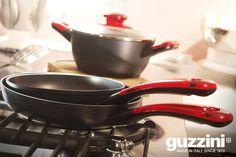 Dieci anni fa Guzzini lanciava sul mercato la batteria di pentole Latina. Padelle e casseruole pratiche, eleganti e funzionali. Il manico colorato e l'impugnatura ergonomica rendono unico ogni articolo; il coperchio in vetro temperato con pomello in tinta completa l'offerta. Voi quali pietanze ci avete cucinato?  #Cucina #Guzzini #Design