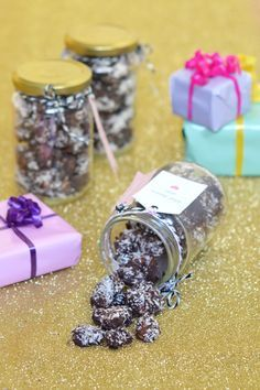 I love preparing gourmet homemade Christmas gifts. Here& my recipe for roasted almonds with chocolate and coconut to offer in pretty pots! Homemade Christmas Gifts, Homemade Gifts, My Recipes, Sweet Recipes, Roasted Almonds, Chocolate Fudge, Food Gifts, Holidays And Events, Coconut