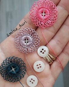 Crochet Button Flowers Video Free Pattern Lots Of Ideas Crochet Motifs, Crochet Buttons, Crochet Flower Patterns, Thread Crochet, Crochet Crafts, Crochet Flowers, Crochet Stitches, Crochet Projects, Sewing Crafts