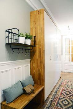 Un meuble Ikea customisé habille le long couloir de l'entrée Hall Furniture, Ikea Furniture, Furniture Stores, Hallway Decorating, Interior Decorating, Long Hallway, Paris Apartments, Home Staging, New Homes