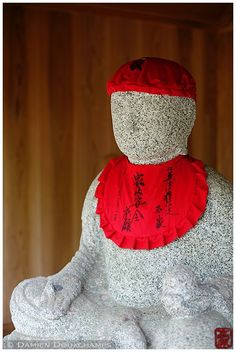Jizo statue at Nison-in (二尊院), Kyoto. Photographed by Damien Douxchamps.