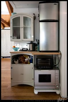 Crowded but efficient kitchen for a small space, really the whole studio is nice