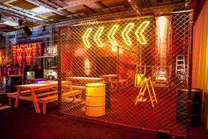 Nathalie Bacellar criou decoração inspirada na street art para festa de 15 anos, que foi realizada no Grand Hyatt Hotel, em São Paulo. Gym Interior, Bar Interior Design, Gym Design, Restaurant Interior Design, Cafe Design, Booth Design, Retail Design, Store Design, House Design