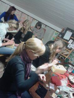 Ryhmä neulahuovuttajia työssään!