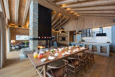 This modern chalet in the famous Alpine town of Zermatt reveals a successful attempt to inscribe a stylish European urban design into a traditional Swiss ✌Pufikhomes - source of home inspiration Zermatt, Jacuzzi, Swiss House, Chalet Interior, Swiss Chalet, Kitchen Views, Scandinavian Kitchen, Luxury Holidays, Modern Room