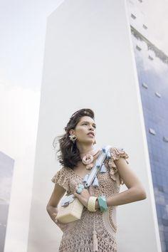 Vestido nude Patricia Motta de crochê com couro para a revista Viver Fashion