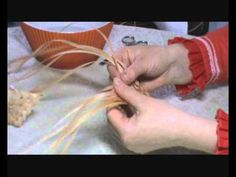 Straw Weaving, Paper Weaving, Weaving Art, Basket Weaving, Handmade Crafts, Diy And Crafts, Corn Husk Crafts, Coffee Artwork, Weaving Designs