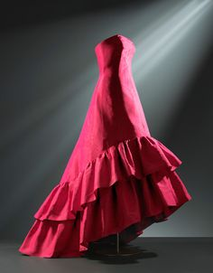 Vestido de noche en gros de Nápoles de seda de color fucsia, decorado con efecto moaré. 1963. Cristóbal Balenciaga.