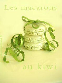 Encore des macarons vert anis !    Des macarons simplement parfumés au kiwi avec une pointe de banane pour équilibrer le parfum.    Une gelée onctueuse aux tonalités vert tendre qui rappelle les îles et les vacances !