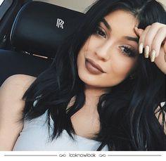 Os anos 90 estão realmente com tudo. Além de vários hits na moda, o batom marrom também é uma tendência que chegou diretamente da época. #beleza #maquiagem #makeup #beauty #dicas #marrom #batom #kyliejenner #lnl #looknowlook