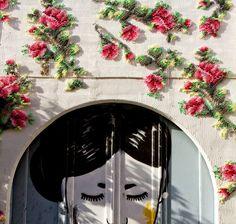 A cenógrafa e artista Raquel Rodrigo traz os macro detalhes do bordado em ponto cruz para a construção de fachadas ao redor de Madrid.