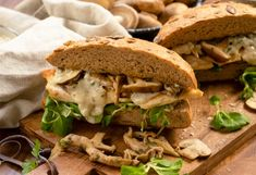 Pirított csirkés-gombás szendvics borsos-mustáros szósszal   Nosalty Sandwiches, Food, Essen, Meals, Paninis, Yemek, Eten
