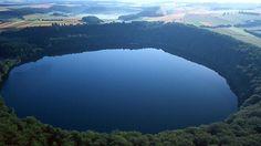 Das Pulvermaar in der Vulkaneifel ist fast kreisrund - sein Wasser reicht 74 Meter tief, das ist Eifelrekord.