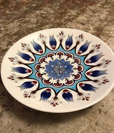 Alev🤗 #sıraltı #sıraltıçiniatölyesi #handmade #handcrafted #handpainted #ceramic #ceramics #ceramicas #ceramicas #loveceramic #loveforart… Love Ceramic, Ceramic Design, Ceramic Plates, Ceramic Pottery, Decorative Plates, Crochet Crocodile Stitch, Circle Design, Ceramic Painting, Diy Craft Projects