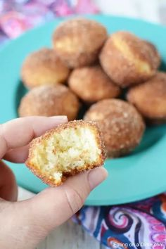 If you love old fashioned sugary donuts but hate all the work, you will love Cinnamon Sugar Mini Donut Muffins. Learn how to make easy Mini Donut Muffins. Blueberry Oat Muffins, Cinnamon Sugar Muffins, Cinnamon Sugar Donuts, Cinnamon Recipes, Corn Dog Muffins, Donut Muffins, Mini Donuts, Baked Donuts, Muffin Tin Recipes