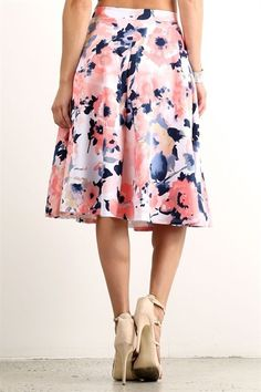 """woven fabric sculpts a marvelous midi skirt! Large box pleats flare from the fitted waist, flaunting an oversized floral print around the hem. Model is 5'8"""" wearing a size small."""