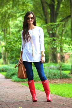 Love everything about this outfit! Especially the Hunter boots and the gold arrow bangle bracelet .