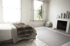 The minimalist bedroom Pretty Bedroom, White Bedroom, Pine Floors, Amazing Spaces, Awesome Bedrooms, Minimalist Bedroom, Interior Inspiration, Bedroom Inspiration, Design Inspiration