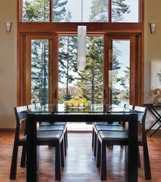 Des portes-fenêtres donnent l'impression de manger en plein air! | Photo Rodolf Noël #deco #salleamanger