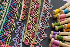 El blog de Dmc: Hilos para encaje de bolillos Bobbin Lacemaking, Bobbin Lace Patterns, Point Lace, Lace Border, Needle Lace, Lace Making, Lace Design, Irish Crochet, Sewing Hacks