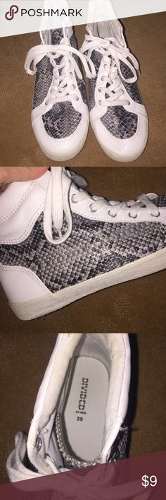 H&M SNEAKERS WHITE SNAKESKIN white and snakeskin pattern h&m shoes!! super comfortable and only worn twice. H&M Shoes Sneakers