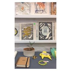 🎄Extendimos la feria toda la semana! De martes a viernes de 16 a 20 hs. podes conseguir nuestros cuadernos, sketchbooks, agendas y libretas 📚, junto con los textiles de tintes naturales de @jardinestampas 🌳, la joyería contemporanea de @maisolorzanojewelry 💍, la ceramica encantadoradeestrellas de @nanomoceramica 💫, el arte de @edicioneselfuerte 🎨, los productos de @elarboldecerezo.studio, los bordados estelares de @tequieromuchobordados y los muñecos conceptuales de #qobo! Te esperamos…