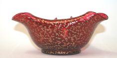 Schale extravagante Form in rot mit Goldglitter  Abmessungen: 20 x 21,5 cm; Höhe: c. 10 cm #loetz #lötz #bohemianartglass #jugendstil #artnouveau #fineantiques #antiqueshopvienna #vintageshopvienna #kunst19bybg #Kunst19byBG #Kunst19byBG_Bettina_Gaber #antiquesinvienna #artforsale