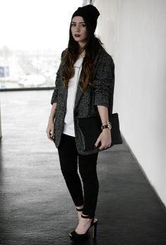 El abrigo gris de espiga ha sido una de las claves de la temporada. Esta chica lo combina a la perfección con pitillos negros y taconazo.