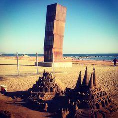 Is dit geen leuk plaatje van het strand La Barceloneta? http://bezoekbarcelona.blogspot.com/2010/07/de-stranden-van-barcelona.html