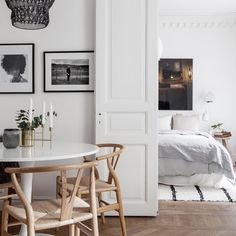 Easy Home Decor A blissful setting for the Wishbone chair Dining Room Inspiration, Interior Inspiration, Used Office Chairs, Room Interior, Interior Design, Interior Livingroom, Outdoor Furniture Chairs, Dining Chairs, Cheap Wall Decor