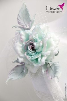 такая же роза в мятно-розовых оттенках, декорирована сеточкой-вуалью