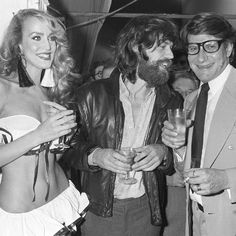Mick Jagger, pape du rock, fête ses 70 ans: Yves Saint Laurent Mick Jagger, accompagné de Jerry Hall et de Yves Saint Laurent, en 1979. Le rockeur, méconnaissable avec sa grosse barbe, était très proche du styliste et créateur parisien. Ce dernier a commencé à l'habiller de sa marque dans les années 70. C'est également Yves Saint Laurent qui habilla Mick et Bianca Jagger pour leur mariage en 1971. © MUUS/SIPA