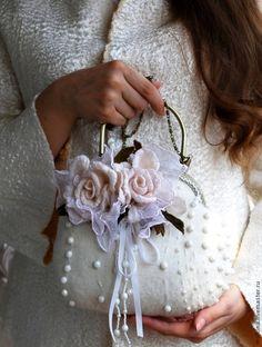 Женские сумки ручной работы. Заказать Валяная сумочка Белые розы. Валяный шарф жилет шапка брошь Эмма. Ярмарка Мастеров.