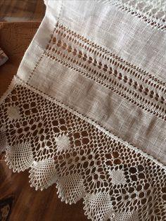 Linen hand towel. Bobbin lace, Hemstitching, Fagoting ~~ TOALLA DE LINO CON ENCAJE DE BOLILLOS Y VAINICAS