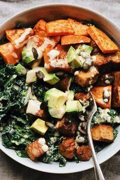 Kale and tempeh salad with Maple tahini dressing Sweet Potato Kale, Salad With Sweet Potato, Roasted Sweet Potatoes, Potato Salad, Healthy Salad Recipes, Whole Food Recipes, Vegetarian Recipes, Homemade Tahini, Appetizer Salads