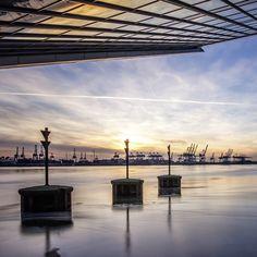 Hamburg Fotos und Bilder | Hamburg Bilderdruck | Fotos Hamburg | Hamburg lütte Bilder | Hamburg im Quadrat #hamburg #hamburgfoto #hamburgbilder #bilderhamburg #fotohamburg #binnenalster #sonnenaufgang #segelboote #sonnenuntergang #dockland #elbe #hamburgerhafen