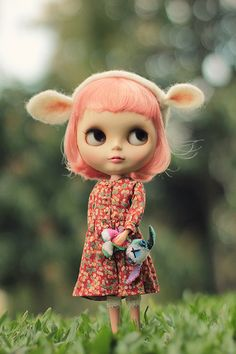 Awwww. Check out those dainty ears on this petite Blythe.