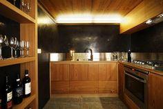 cuisine bois laqué avec murs noirs