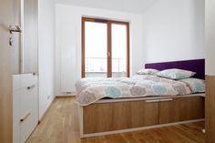 Menší paneláková ložnice, která nutně potřebovala praktické úložné prostory. A samotná postel se stala jejich součástí! Vysoká konstrukce z pevného lamina krásně střídá tóny přírodního dubu s jasně bílou barvou. Uvnitř pak skrývá prostorné šuplíky pro pohodlné skladování peřin, ložního prádla i oblečení. Nechybí ani šikovně napojené noční stolky, které nijak nebrání vysouvání šuplíků. Bed, Furniture, Home Decor, Decoration Home, Stream Bed, Room Decor, Home Furnishings, Beds, Home Interior Design