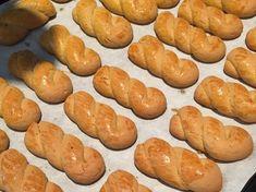 Έχουμε την καλύτερη συνταγή για Πασχαλινά κουλούρια. Δοκιμάστε την! Greek Desserts, Party Desserts, Greek Recipes, Greek Cookies, Almond Cookies, Sweet Buns, Sweet Pie, Koulourakia Recipe, Crepes